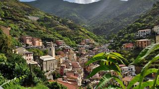 Riomaggiore muśnięte promieniami słońca. Jedno z pięciu uroczych miasteczek Cinque Terre na wybrzeżu Ligurii.